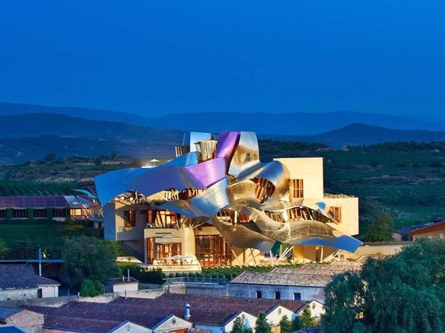 Khách sạn Marques De Riscal, Elciego, Tây Ban Nha ban đầu là một nhà máy rượu vang được xây dựng từ năm 1858, sau đó nó được kiến trúc sư Frank Gehry thiết kế lại thành khách sạn. Mặt tiền của khách sạn được thiết kế ấn tượng tựa như những chiếc khay bưng rượu