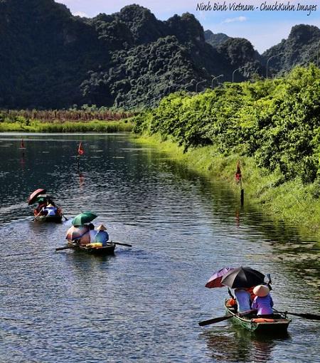 Đi thuyền trên sông Ngô Đồng. (Ảnh: Chuck Kuhn)
