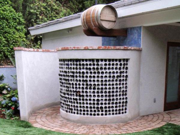 Nhà tắm độc đáo với lối đi hình xoắn ốc lạ mắt, thêm vào bức tường trang trí bằng các loại vỏ chai lọ cho mặt tiền cực lạ và bắt mắt.