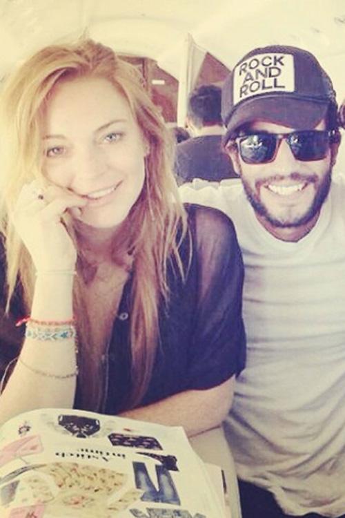 Lindsay Lohan mặt mộc chụp ảnh cùng bạn.