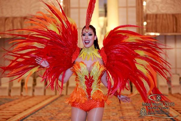 Không khó để nhận ra bộ cánh mang âm hưởng lễ hội Carnival của người đẹp Brazil