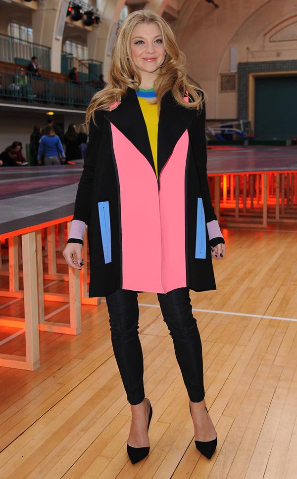 Nữ diễn viên Natalie Dormer theo đuổi phong cách color-block với những màu sắc được phối hợp làm nên điểm nhấn cho bộ trang phục.