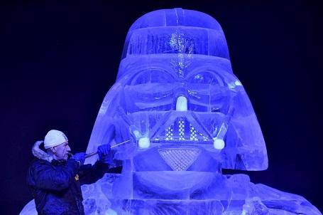Nghệ sĩ điêu khắc Zsolt Toth đang tạo hình nhân vật Darth Vader trên một khối băng tại lễ hội băng đăng ở Liege, Bỉ.