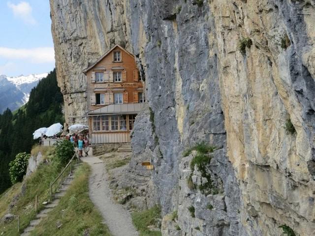 Khung cảnh ngoạn mục của khách sạn Berggasthaus Aescher nép mình ở phía bên của một ngọn núi ở dãy Alps, Thụy Sĩ
