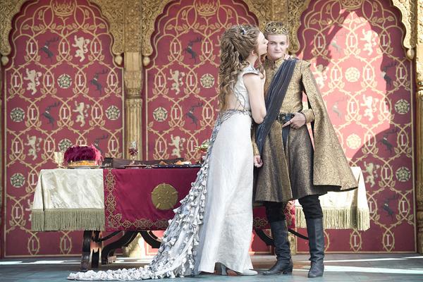 Trang phục cưới khiến nhiều người xem mê mẩn trong phim.