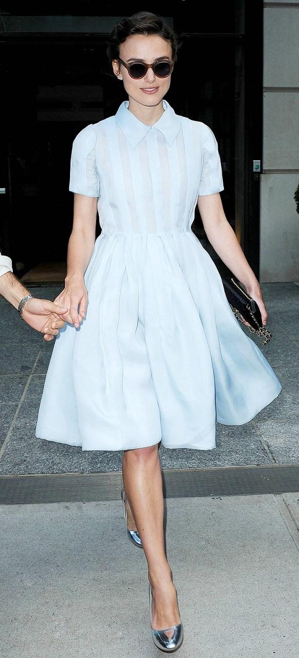 Keira xuống phố với bộ váy xanh phấn, giày metallic và kính mắt tròn cổ điển.