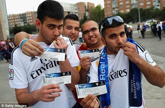 Dù là thiểu số tại Vicente Calderon đêm nay, tuy nhiên, các CĐV Real Madrid cũng không ngần ngại vào chảo lửa đại kình địch cùng thành phố để cổ vũ cho đội bóng yêu thích.