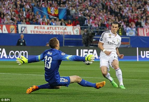 """Ngay phút thứ 4, Gareth Bale có cơ hội đối mặt với thủ thành Oblak của Atletico Madrid. Đáng tiếc, cú sửa lòng của anh lại không chiến tháng được """"người gác đền"""" bên phía Atletico Madrid."""