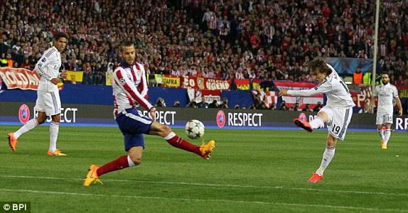 Suốt hiệp 1, Real là đội có nhiều tình huống nguy hiểm hơn, tuy nhiên, sự chặt chẽ và kín kẽ của Atletico Madrid khiến họ không phải đón nhận bất cứ bàn thua nào.