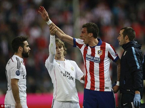 Sau giờ nghỉ, Atletico Madrid chủ động dâng cao đội hình nhằm tìm kiếm bàn thắng. Đây cũng là thời gian mà các tình huống căng thẳng xảy ra nhiều trên sân.