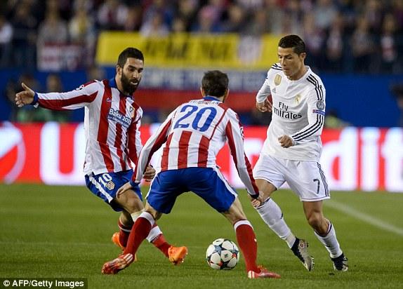 Sự nóng nảy của các cầu thủ Real cũng phần nào cho thấy sự bất lực của họ trong việc tìm đường khoan thủng mảnh lưới của Atletico Madrid.