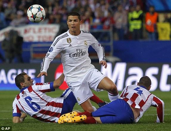Đối diện với các siêu sao của Los Blancos luôn là hệ thống phòng ngự tầng tầng lớp lớp của Atletico Madrid. Không những thế, đội bóng của HLV Diego Simeone còn tỏ ra rất am hiểu Real khi nhiều lần phá bóng trong chân những Ronaldo, Benzema...