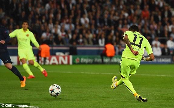 Nhận đường chuyền dọn cỗ của Messi, Neymar tung ra cú dứt điểm góc xa, hạ gục thủ thành Sirigu.