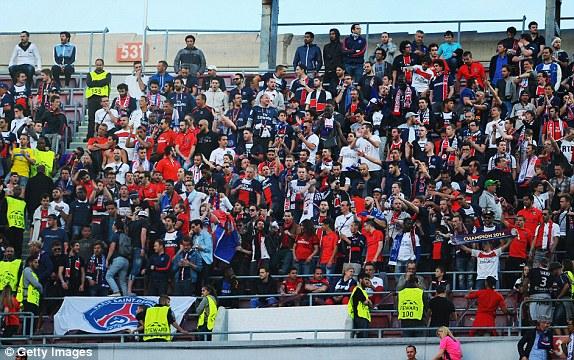 Đám đông hò reo thích thú khi thấy khu vực vip có sự hiện diện của cựu ngôi sao lẫy lừng của Man Utd, Real Madrid và PSG - David Beckham.