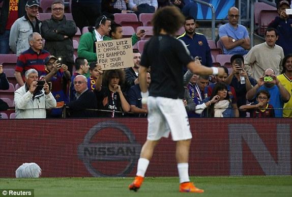Một bức hình hài hước! Một CĐV đã gạ gẫm David Luiz đổi áo đấu của anh, bù lại, CĐV này sẽ cho anh... dầu gội đầu.