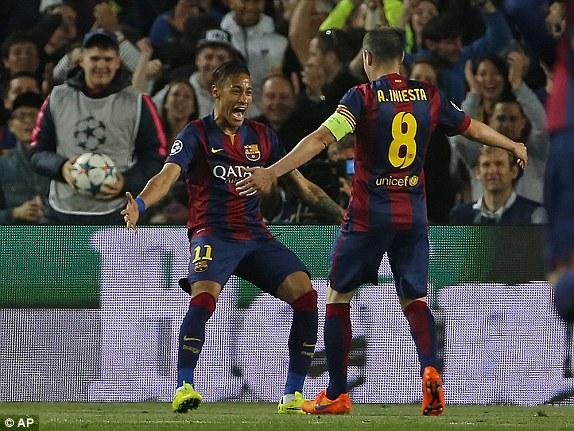Trước đó, Iniesta đã có một pha độc diễn cực bá đạo khi lừa qua 3,4 cầu thủ áo trắng rồi chọc khe thông minh để Neymar băng xuống dứt điểm tung lưới thủ thành Sirigu.