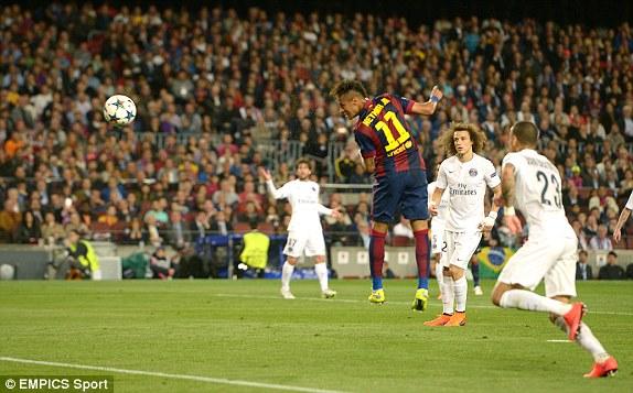 Dù không có thể hình tốt, tuy nhiên, Neymar vẫn dễ dàng đánh đầu tung lưới thủ thành PSG. Đây là một tình huống phòng ngự lỗi của các cầu thủ áo trắng.