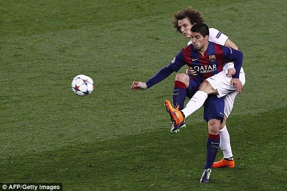 Sau giờ nghỉ, PSG như không còn gì để mất và chủ động chơi tấn công nhiều hơn. Thế nhưng, tại Camp Nou đêm nay, những ngôi sao của đội khách hoàn toàn im bặt trước một Barcelona chơi cực kỳ kín kẽ.