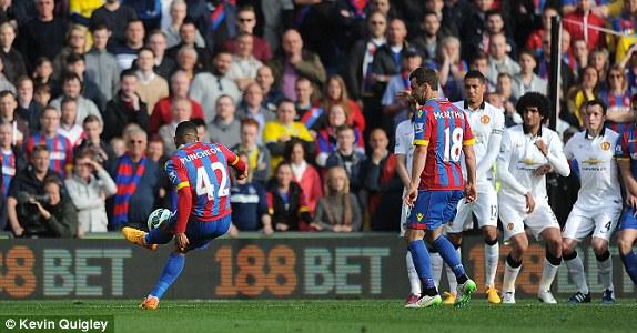 Puncheon gỡ hòa 1-1 cho Crystal Palace bằng cú sút phạt đẹp mắt.