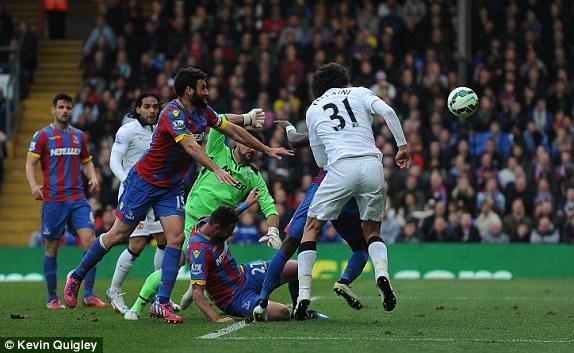 Fellaini ấn định chiến thắng 2-1 cho Man Utd bằng cú đánh đầu đơn giản.