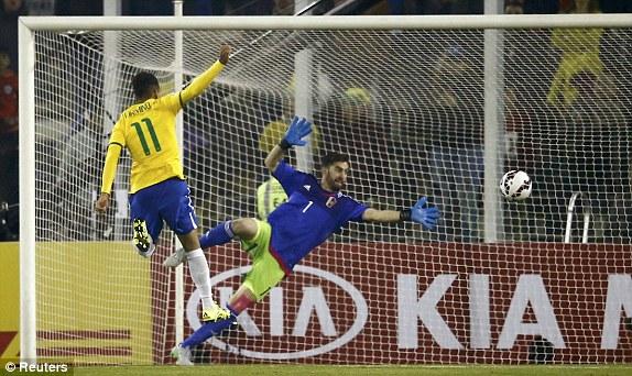 Tiền vệ Roberto Firmino nâng tỷ số lên 2-0 cho Brazil ở phút 51