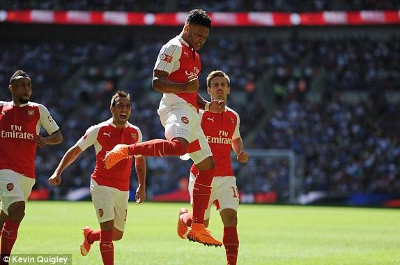 Chamberlain mở tỷ số cho Arsenal bằng một cú dứt điểm đẹp mắt.
