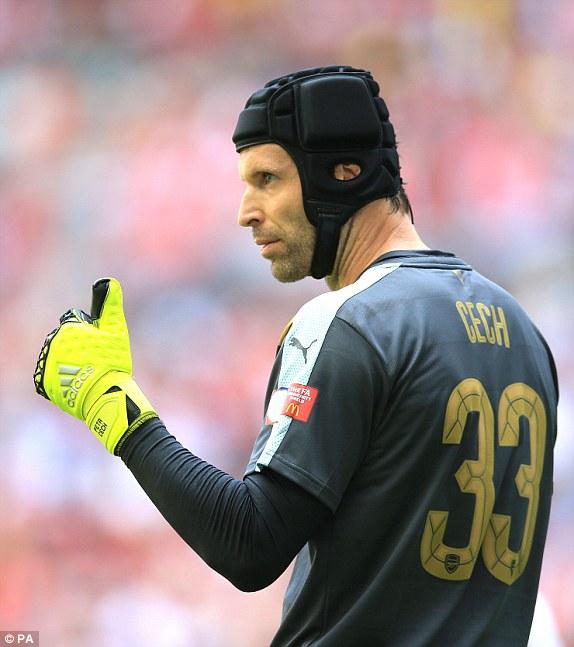 Petr Cech có màn ra mắt mỹ mãn trong màu áo Arsenal.
