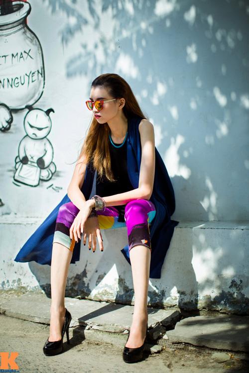 Stylist Phi Phi - người tư vấn thời trang cho Hồng Xuân trong bộ ảnh này - cho biết, anh muốn tạo cho Xuân phong cách thời trang ôn hòa, nét cá tính hài hòa với nữ tính.