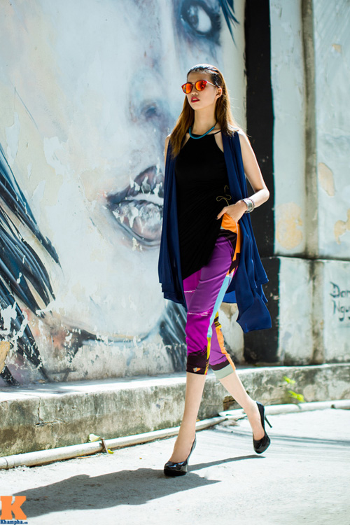 Với một người mẫu có chiều cao vượt trội như Hồng Xuân, các trang phục layer nhiều mảng màu luôn là set đồ ra rất thích hợp.