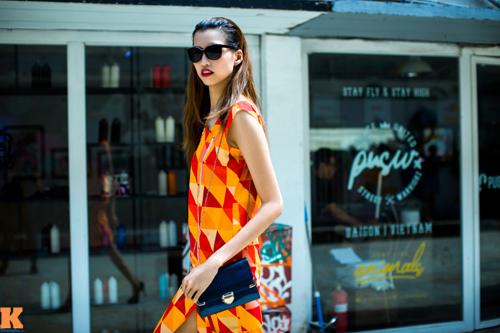Những trang phục họa tiết nổi bật, màu sắc tươi sáng cũng giúp cô rũ bỏ vẻ khô cứng.