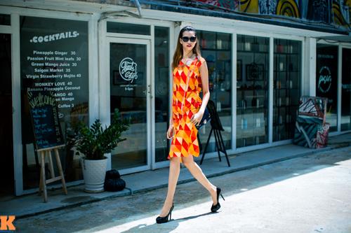Hồng Xuân chia sẻ, đời thường cô không màng tới những đôi giày cao gót nhưng khi chụp hình và catwalk cô đã điều khiển được những đôi giày cao.
