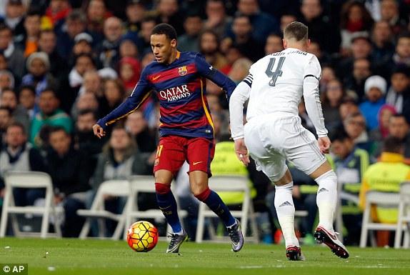 Dù phải làm khách tại Bernabeu nhưng Barcelona lại dồn ép chủ nhà Real Madrid ngay sau tiếng còi khai cuộc
