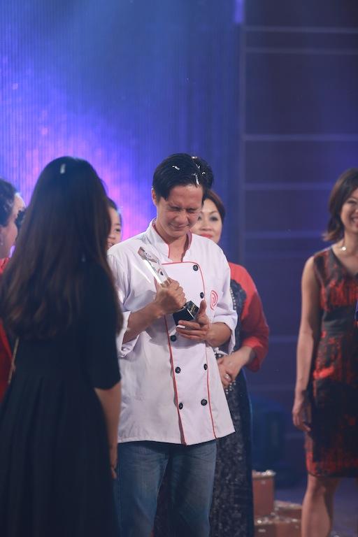 Thanh Cường xúc động với danh hiệu Quán quân Vua đầu bếp Việt 2015.