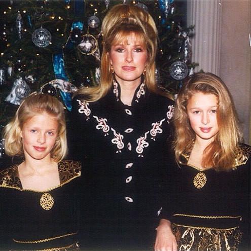 Paris và Nicky Hilton thừa hưởng nét đẹp ngoại hình và sự quyến rũ từ mẹ ruột. Mẹ ruột của Paris Hilton là bà Kathy Hilton, vốn là một nghệ sĩ diễn viên nổi tiếng. Cha ruột của cô là một doanh nhân giàu có và thành đạt. Bà Kathy sinh được hai con gái và hai con trai.