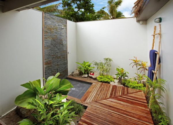 Mẫu phòng tắm này được xây dựng theo phong cách nhẹ nhàng, mộc mạc với gỗ đá, các chậu cây xanh cùng chiếc thang gỗ để treo khăn xinh xắn.