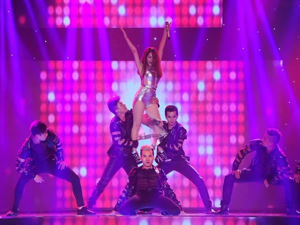 Team của ca sĩ Bảo Anh trình bày Nhớ nhung. Bảo Anh mặc jumpsuit khoe chân thon, vừa hát vừa nhảy cùng vũ đoàn Hoàng Thông. Lưu Thiên Hương không nghĩ Bảo Anh lại sexy, duyên dáng và nhảy hay như vậy, còn DJ chơi rất hay.