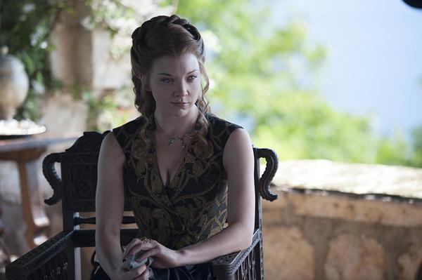 Margaery sang trọng trong chiếc váy đen có hình hoa hồng làm điểm nhấn.