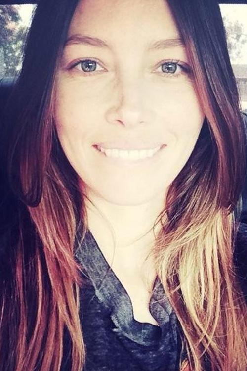 Nữ diễn viên Jessica Biel không ngại ngần chụp một bức ảnh cận mặt.