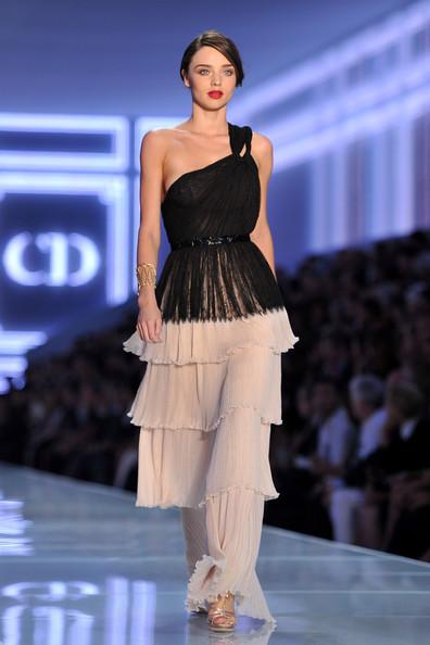 Miranda Kerr trình diễn trong show của Christian Dior, năm 2012