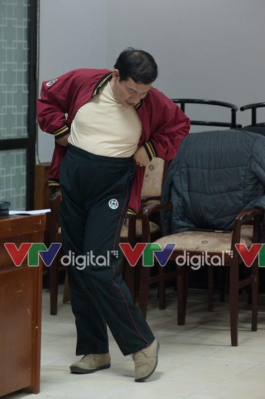 Danh hài Quang Thắng điệu đà kéo cạp quần cao tới rốn
