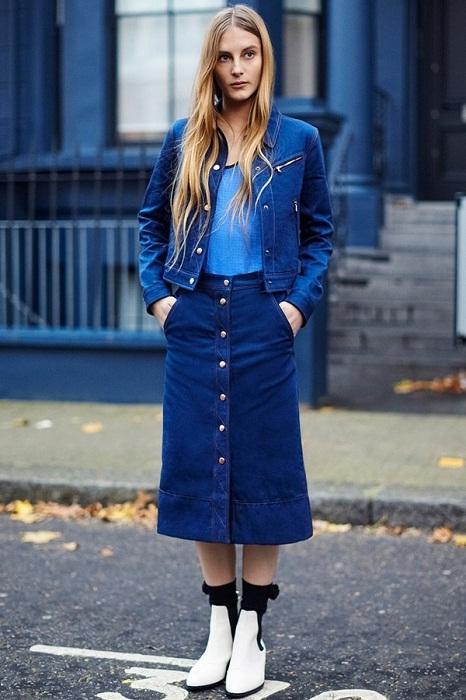 Chân váy denim cài cúc cùng boots cao mang đậm dấu ấn thời trang cổ điển cho người mặc