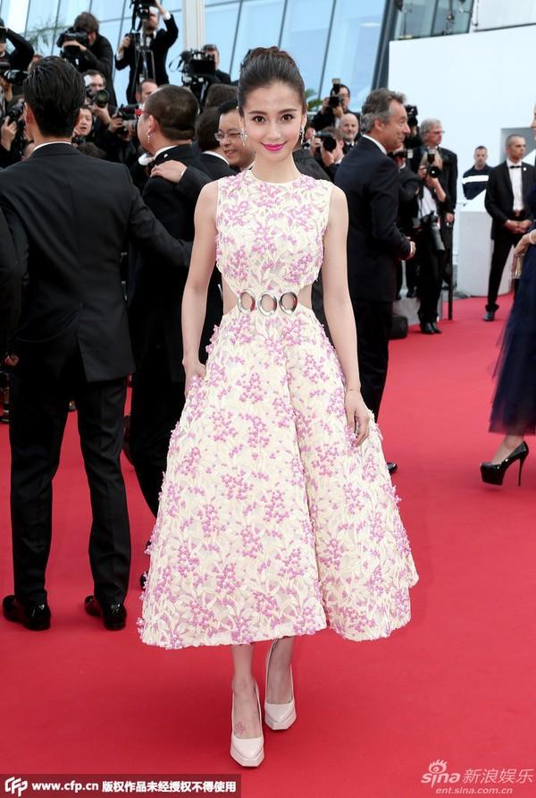 Khác với sự quý phái của Phạm Băng Băng, Angelababy lại đi theo phong cách ngọt ngào, nữ tính với bộ váy của Christian Dior Couture