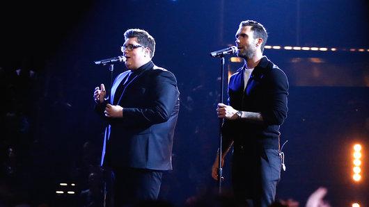 Jordan Smith và HLV Adam Levine trên sân khấu đêm chung kết (Ảnh: NBC)