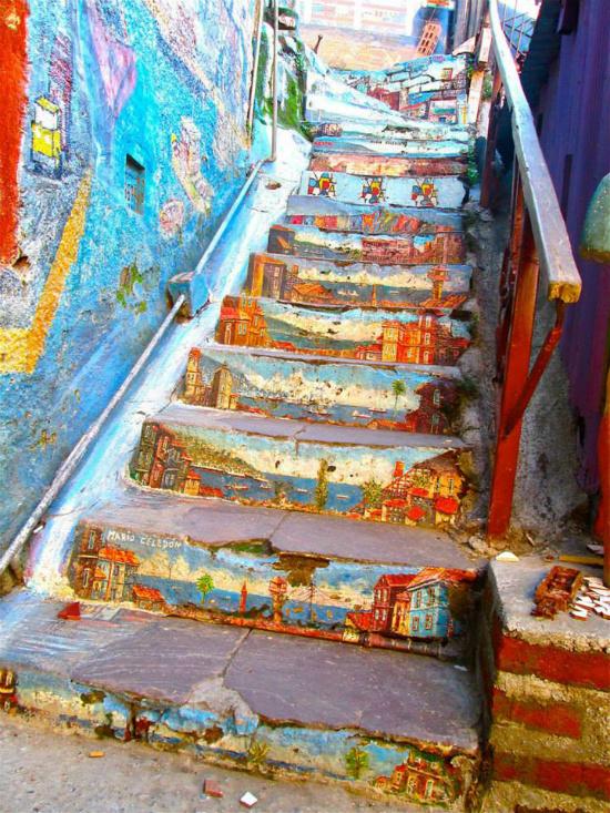 Một cầu thang khác nằm trong ngõ phố của Chile được tô vẽ bằng hình ảnh của những ngôi nhà bên bờ biển