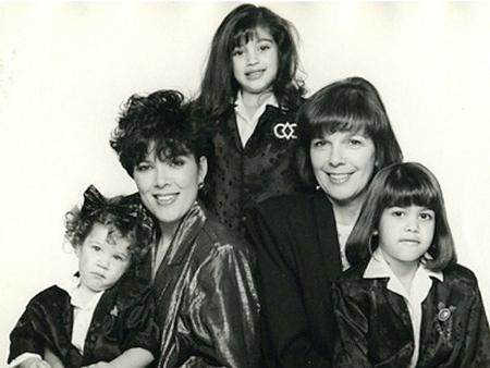 Ba chị em Khloe, Kourtney và Kim Kardashian nổi tiếng nhờ sự nâng đỡ và chỉ dẫn của mẹ ruột. Show truyền hình thực tế về gia đình Kardashian vẫn luôn là một trong những chương trình truyền hình thực tế hấp dẫn nhất với khán giả nước Mỹ.