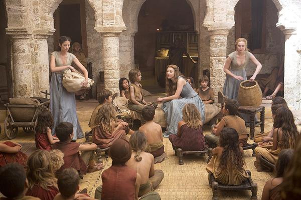 Margaery với váy xanh - ghi nhẹ nhàng trong một cảnh quay bên những đứa trẻ.