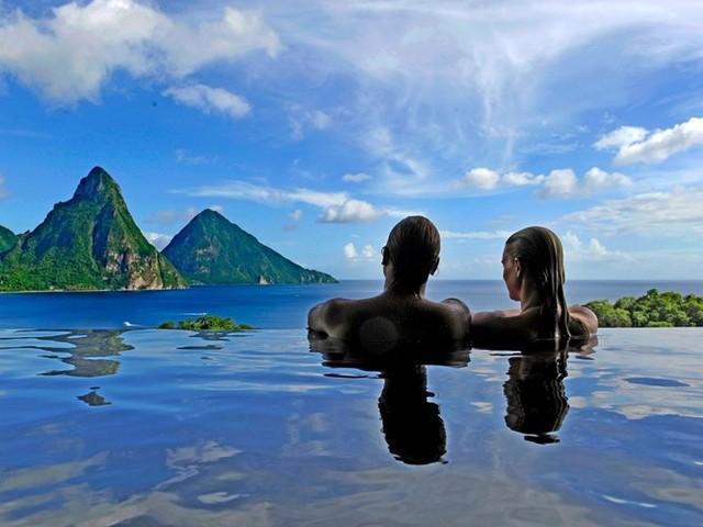 Đến với khách sạn Jade Mountain, St. Lucia, du khách có thể thưởng thức phong cảnh dãy núi Petit và Gros Piton phản chiếu từ bể bơi vô cực