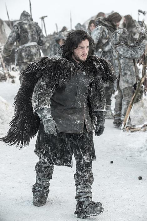 Nhân vật John Snow với bộ cánh bằng da lộn và đôi cánh lông thú.