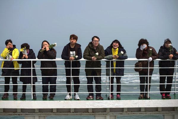 Thân nhân của các nạn nhân ghé thăm khu vực nơi chiếc phà Sewol gặp nạn ở ngoài khơi đảo Jindo