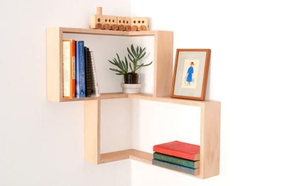 Kệ sách tận dụng khoảng không gian ở góc tường